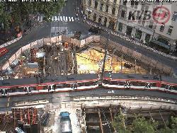 Die Baustelle wird vom Verkehr umflossen
