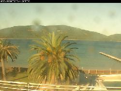 Blick vom Hotel Portoconte auf den Pool, Steg und die Bucht dahinter