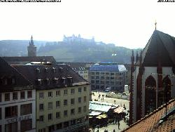 Blick von der örtlichen VR-Bank auf die  Festung Marienberg, dabor links im Hintergrund das alte Rathaus Grafeneckart und die Marienkapelle.