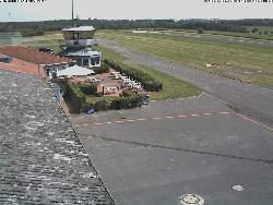 Doppelbild der Start- und Landebahn nach Ost und West.