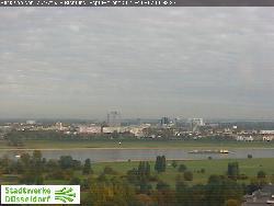 Von den Stadtwerken aus Blick auf das Stadion im Norden auf der anderen Rheinseite