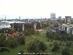 Blick auf den Landtag und die flussabwärts liegende Rheinkniebrücke