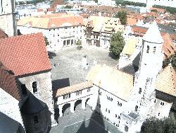 Weitwinkelansicht des Platzes mit dem Dom im Vordergrund und der Burg rechts.